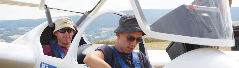 Segelflugausbildung - Lehrer und Schüler vor dem Start in Oerlinghausen