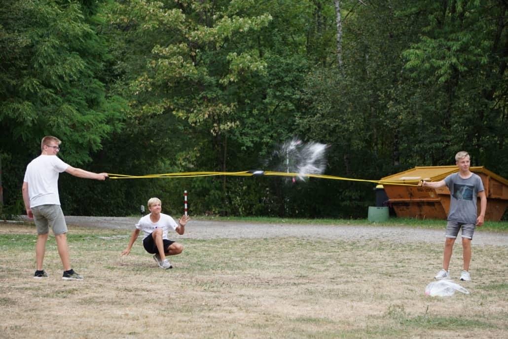 Wasserbombenschlacht auf dem Campingplatz